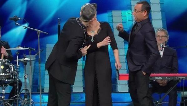 Cult & Trash: Robbie Williams bacia Maria De Filippi