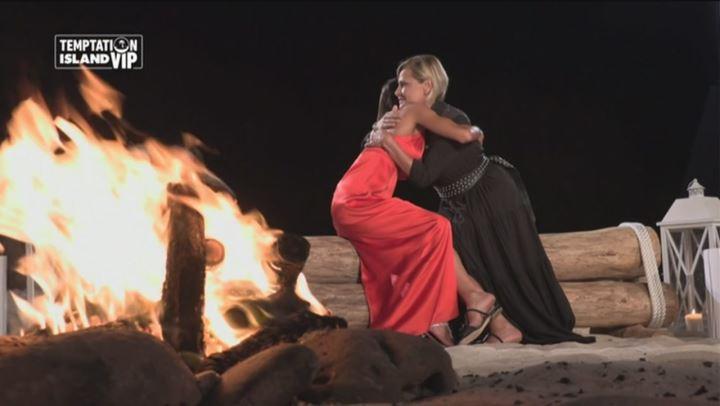 Simona Ventura abbraccia Nicoletta, la compagna di Bettarini